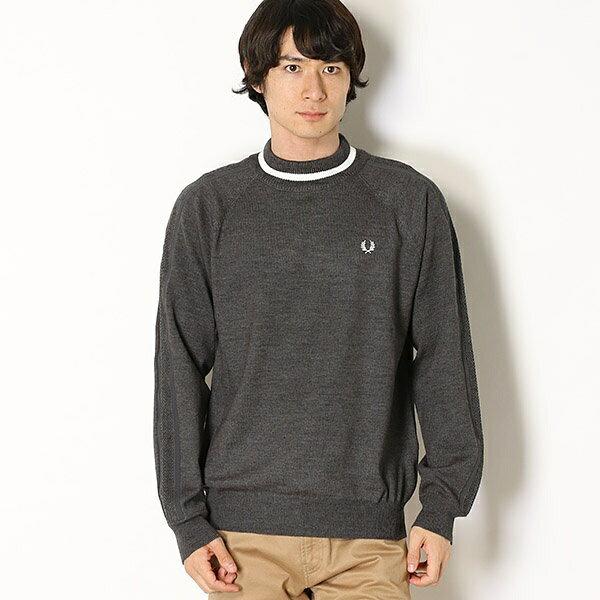 フレッドペリーのモックネックセーター。メンズ・レディースともにラインが印象的な一枚